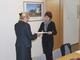 P.O. Dyrektora Pani Violetta Rezler-Wasielewska z CMJW w Łambinowicach-Opolu podpisuje umowę na realizację Szkiców do dziejów obozu Lamsdorf